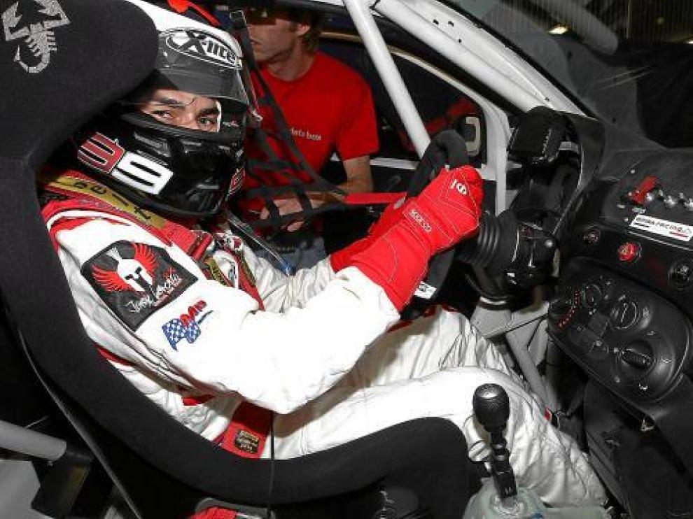 Jorge Lorenzo sujeta con determinación el volante del Abarth 500 Assetto Corse.