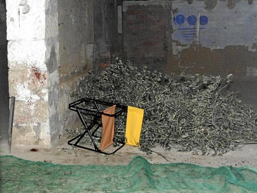 En la pared izquierda se observan los restos de sangre que quedaron en el almacén tras el suceso.