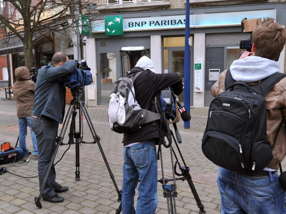 Las cámaras esperaban a Éric Cantona frente a las oficinas de su entidad bancaria