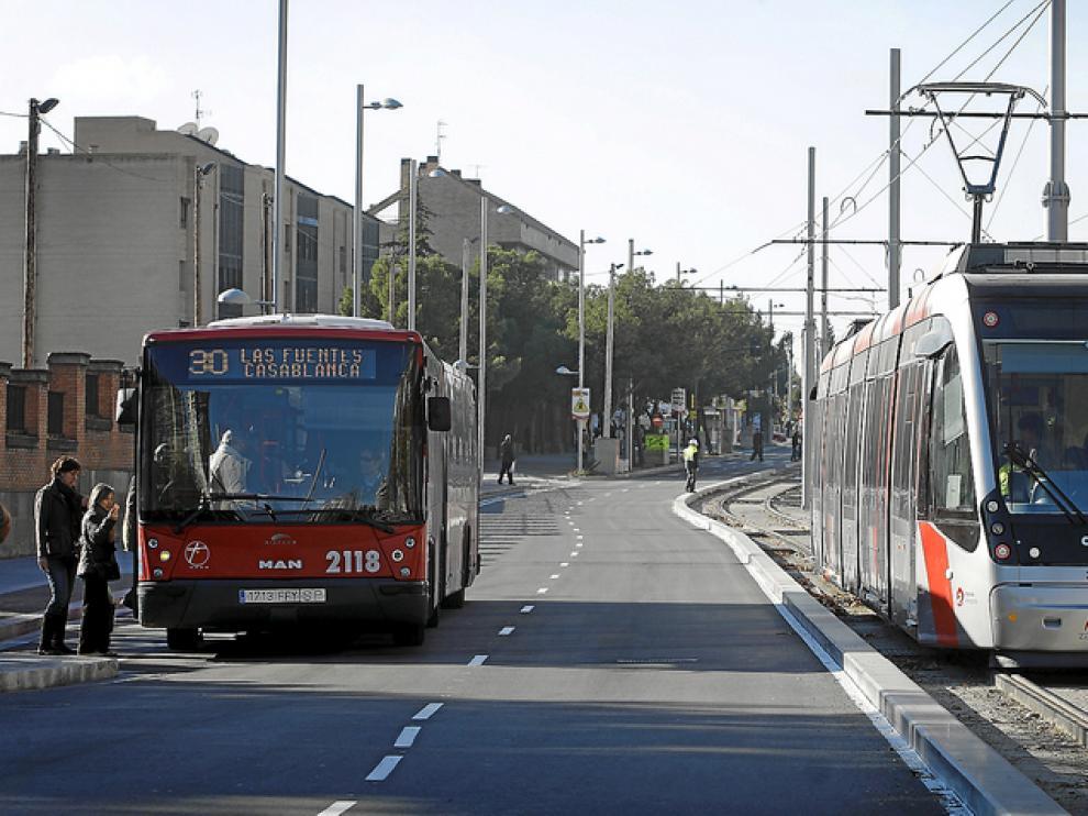 Un autobús junto al tranvía