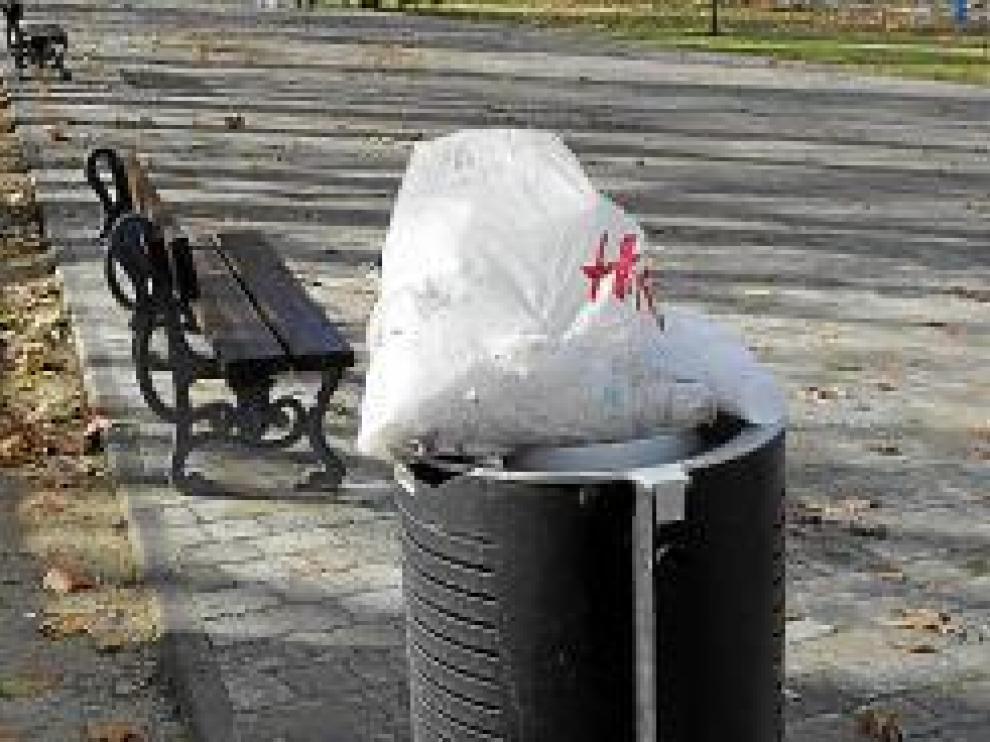 Una papelera llena en el parque Bruil.