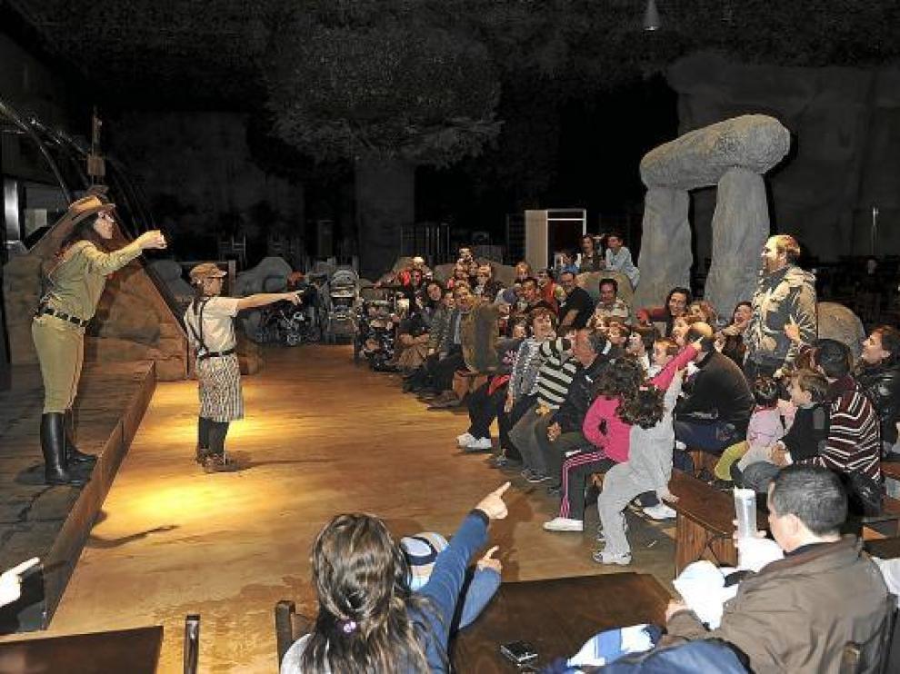 El público contemplaba ayer uno de los espectáculos de Dinópolis.