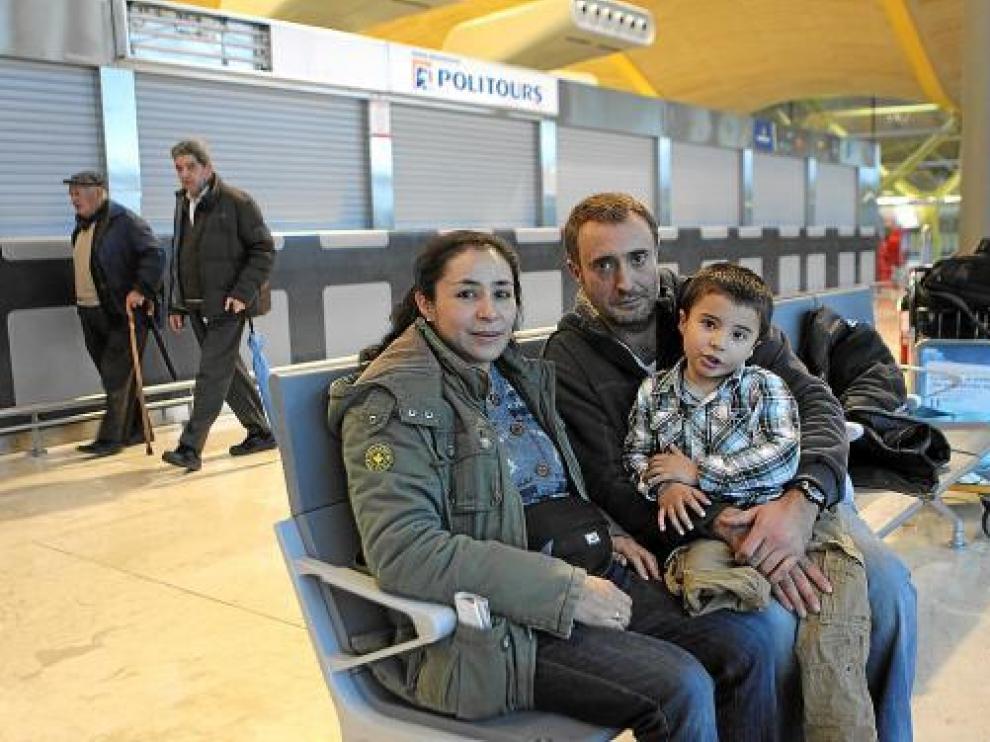 El aragonés Jesús Felipe, su mujer Claudia y su hijo, Alejandro, el martes antes de salir de Barajas.