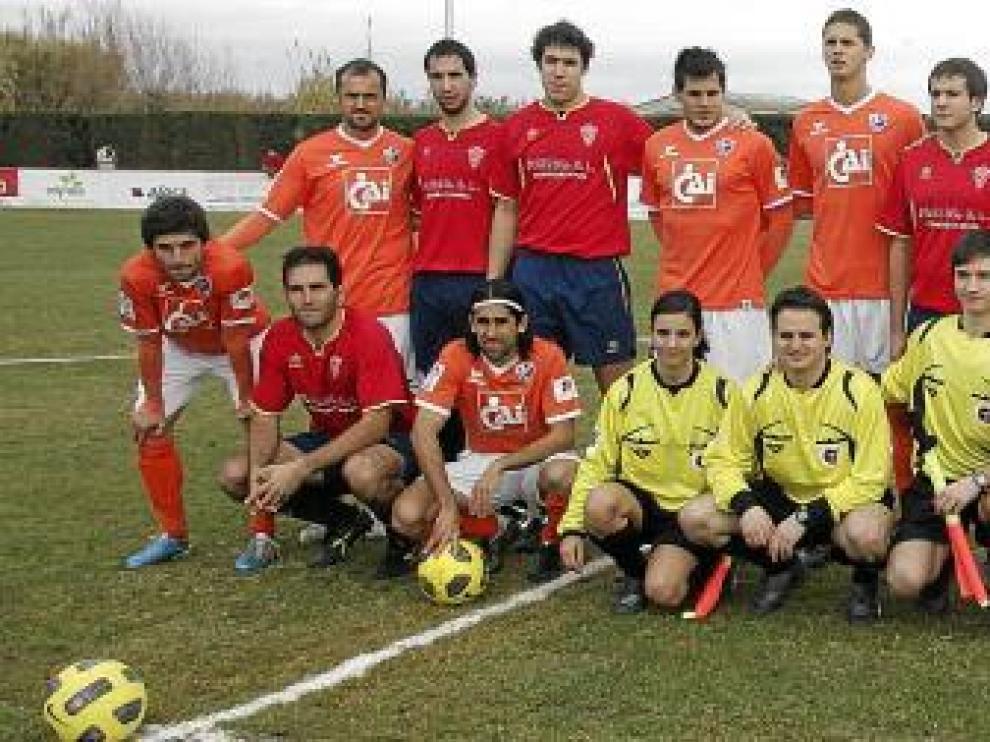 Foto de familia de los dos equipos, junto con el trío arbitral, antes de comenzar el amistoso de ayer en el campo de Santa Quiteria.