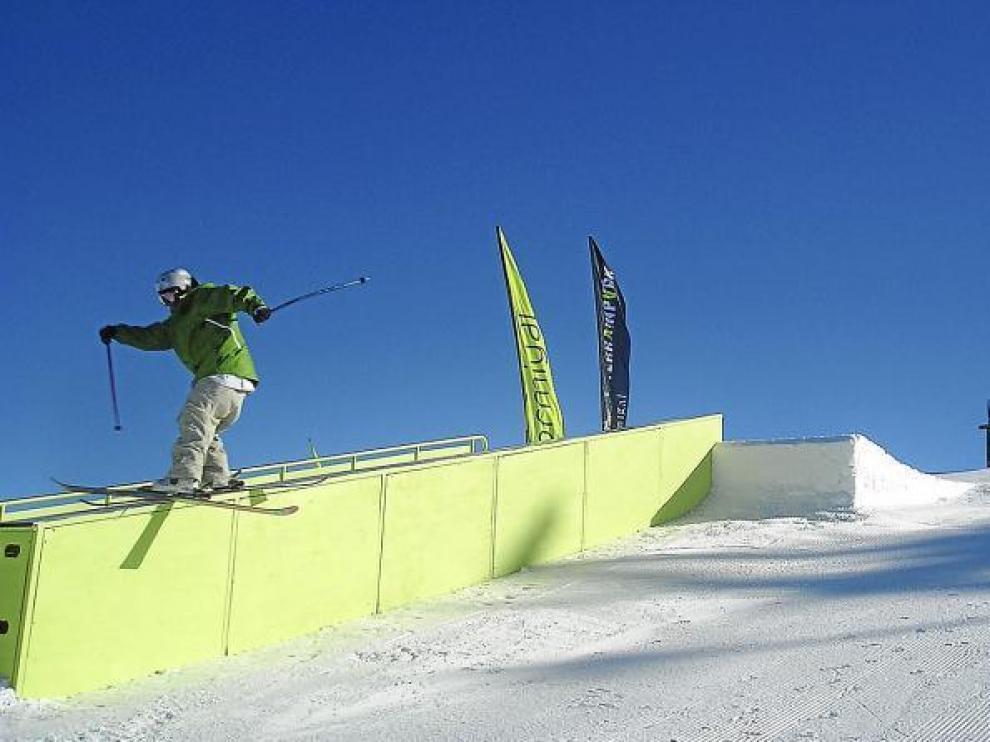 Un esquiador se desliza por una de las barandillas del Terrain Park de Formigal, en una imagen de archivo.