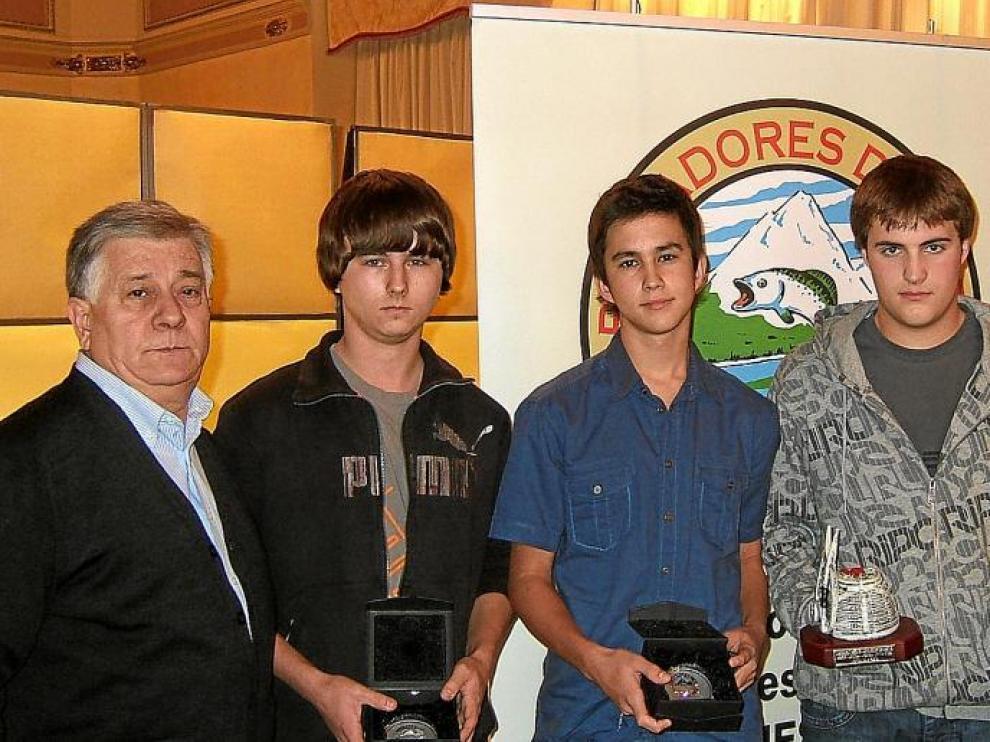Los galardonados en el Social Salmónidos Mosca Juventud, los más jóvenes de la Agrupación Luis Sasot, Nicolás Abadía y Yuriy Yaremko.