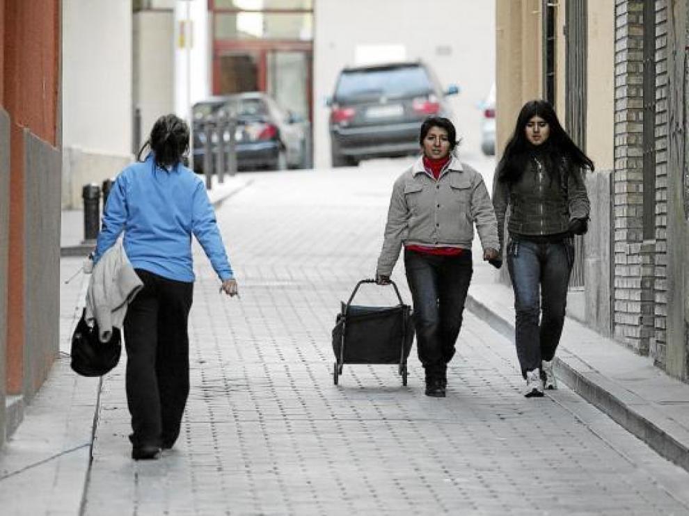 Las aceras de la calle de San Salvador apenas permiten el paso de una personas.