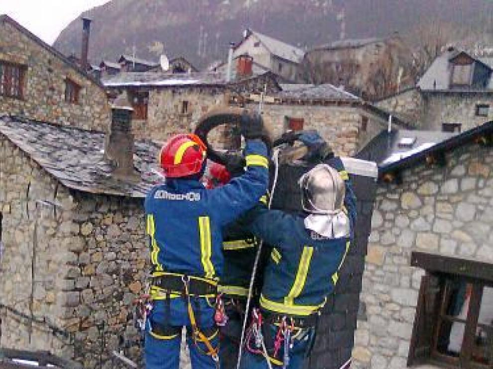 Los bomberos, extinguiendo el incendio.