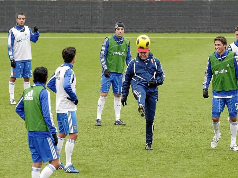 Aguirre chuta una pelota en un entrenamiento del Real Zaragoza.