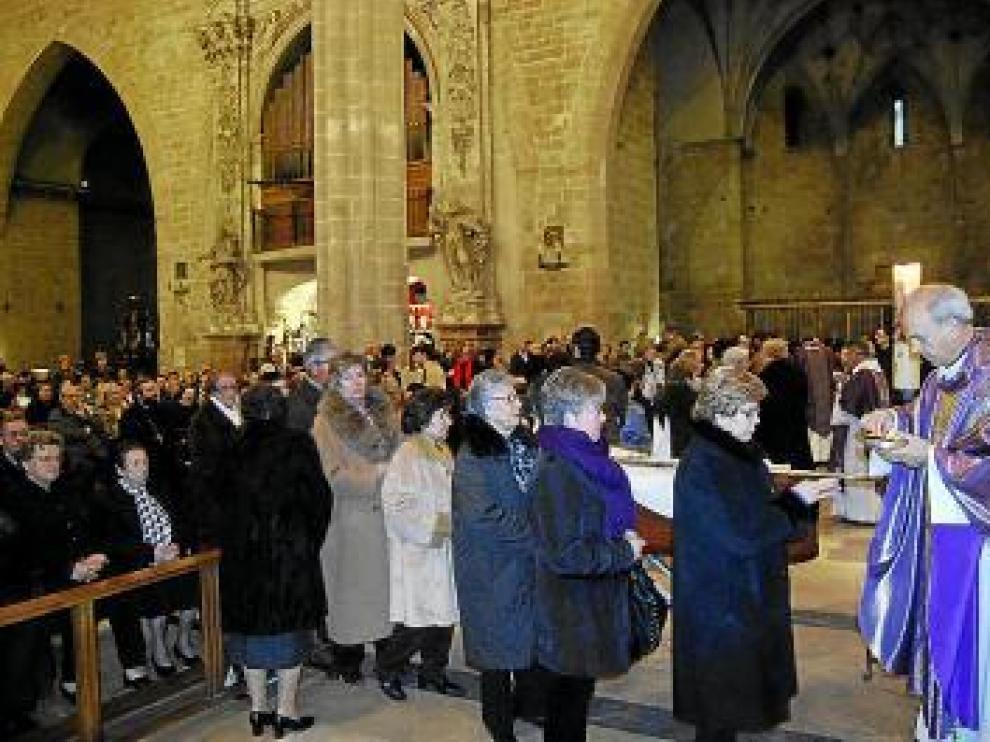 Cientos de barbastrenses abarrotaron ayer la catedral.