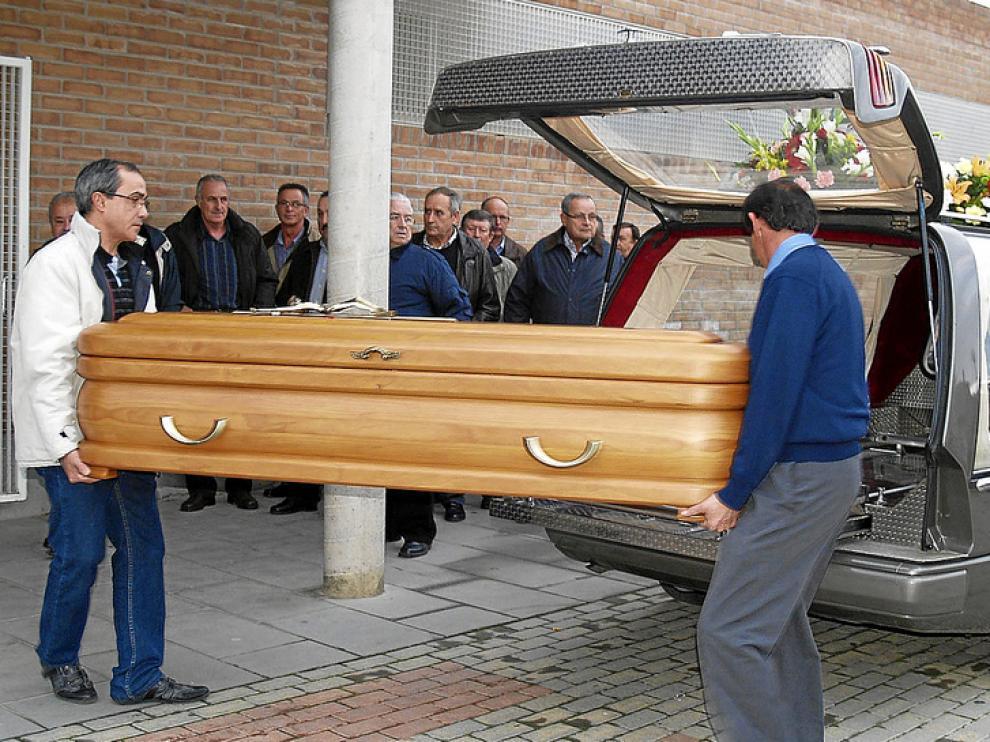 Llegada del féretro de la víctima al funeral, que fue oficiado en el polideportivo de Torrente de Cinca.