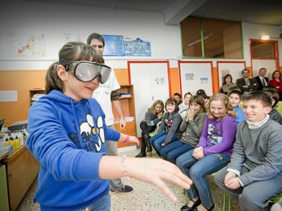 Paloma Benedí, de 5º de primaria, intenta andar en línea recta con las 'gafas de borracho'.