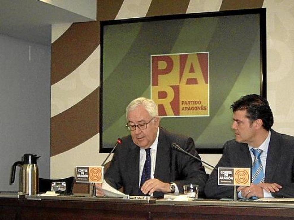 José Ángel Biel y Javier Allué, ayer en la rueda de prensa que ambos ofrecieron en las Cortes.
