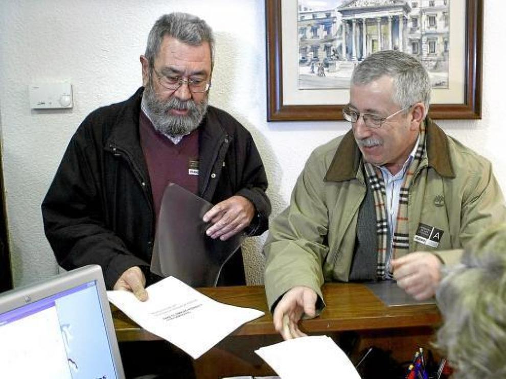 Los secretarios generales de UGT y CC. OO., Méndez y Toxo, presentaron ayer una ILP en el Congreso.