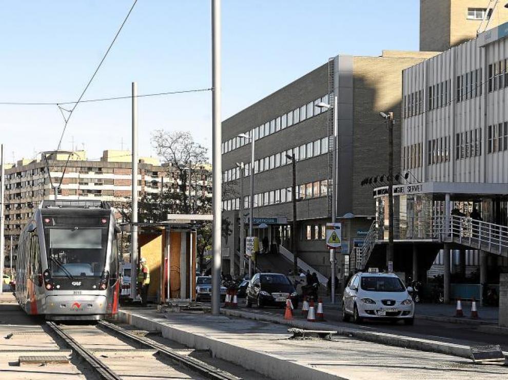 En tranvía en pruebas circuló ayer por primera vez por la puerta del hospital Miguel Servet.