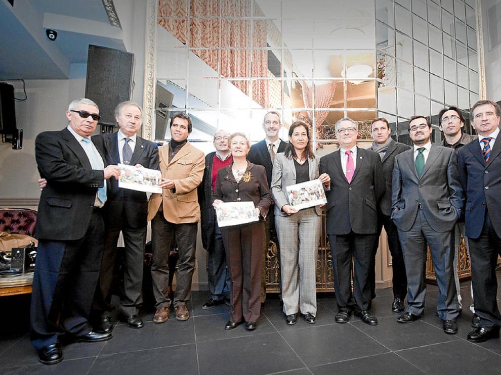 Miembros de atades junto a representantes del Real Zaragoza y del CAI.