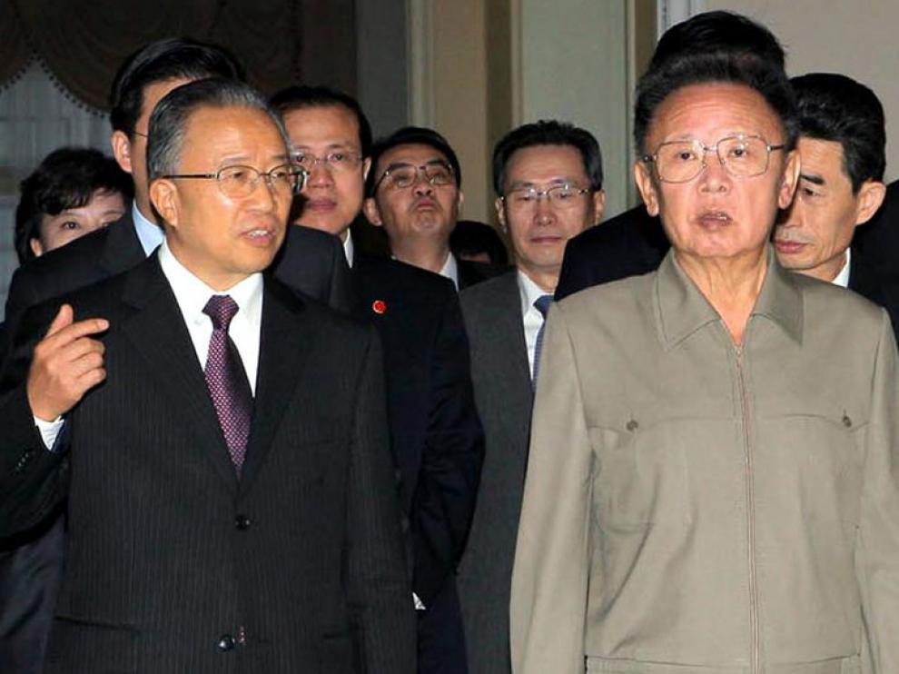 El líder norcoreano, Kim Jon-il, con el consejero de Estado chino Dai Bingguo