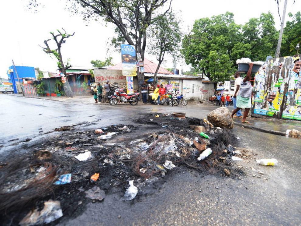 Seguidores de Michel Martelly protestaron quemando basura en la calle.
