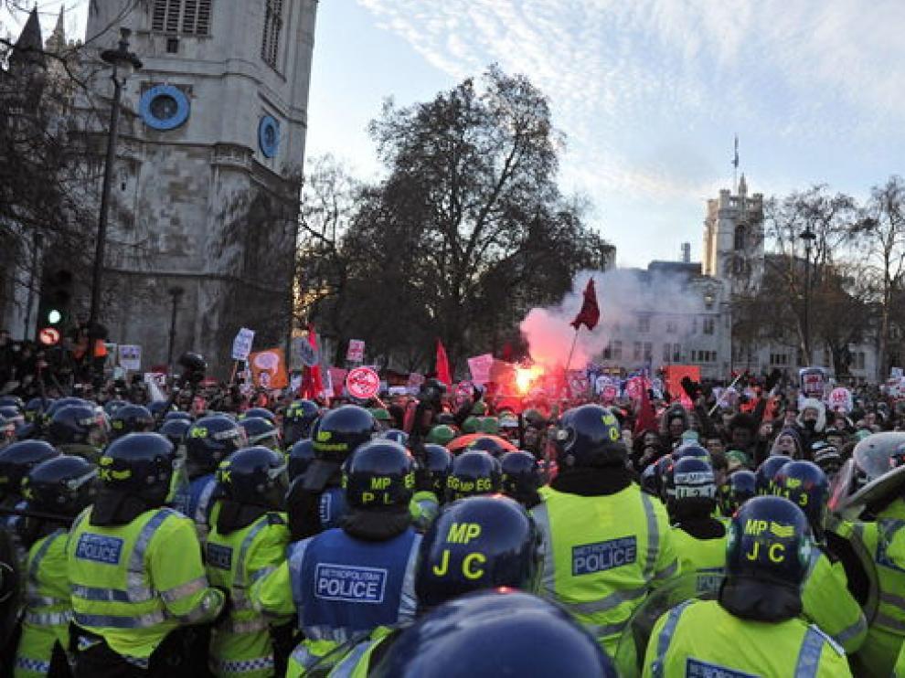 Choque entre la policía y los manifestantes.
