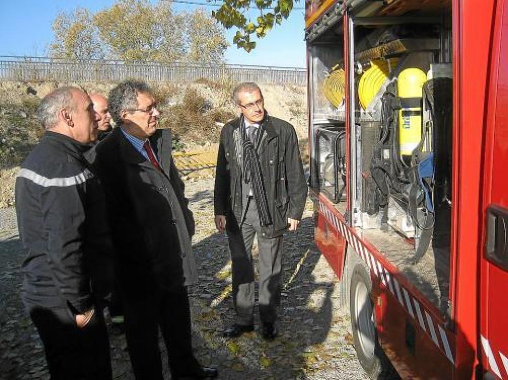 Silva, acompañado de bomberos y del alcalde de Fraga, observa uno de los camiones entregados.