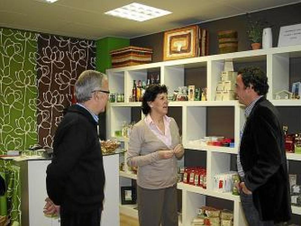 Heras, a la derecha, en la visita a la tienda de Cáritas.