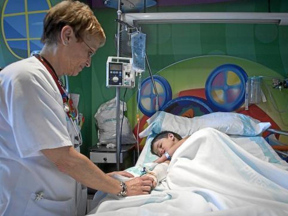 La enfermera Carmen Bosque con Javier Pueyo, que ayer era atendido en Urgencias del Infantil.