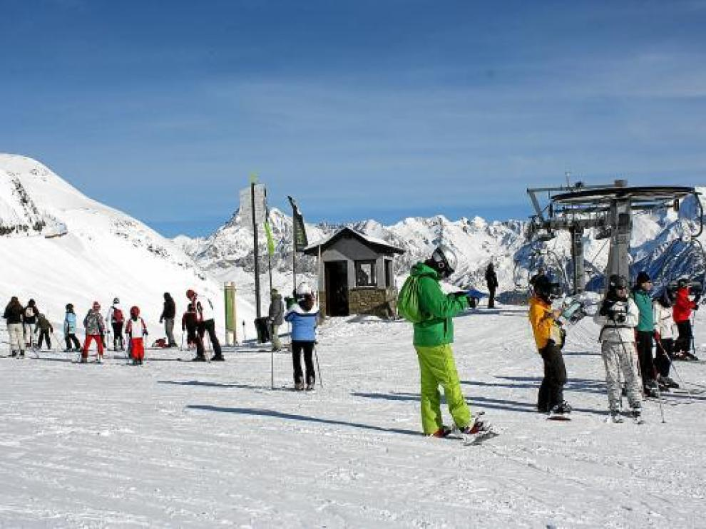 Los aficionados disfrutaron ayer de un día espléndido y de buena nieve en Formigal.