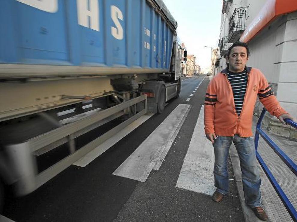 El teniente de alcalde de Monreal, Carlos Yuste, en la travesía urbana de la N-211.