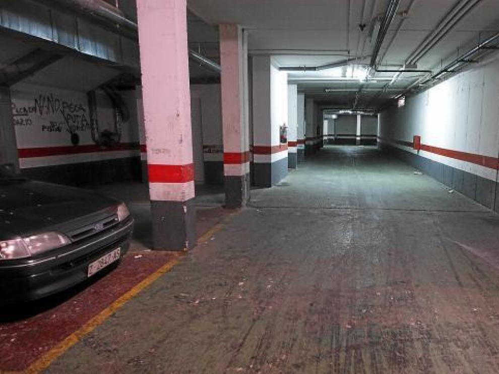 En los garajes, prácticamente vacíos, todavía pueden verse las huellas de las carreras de coches.