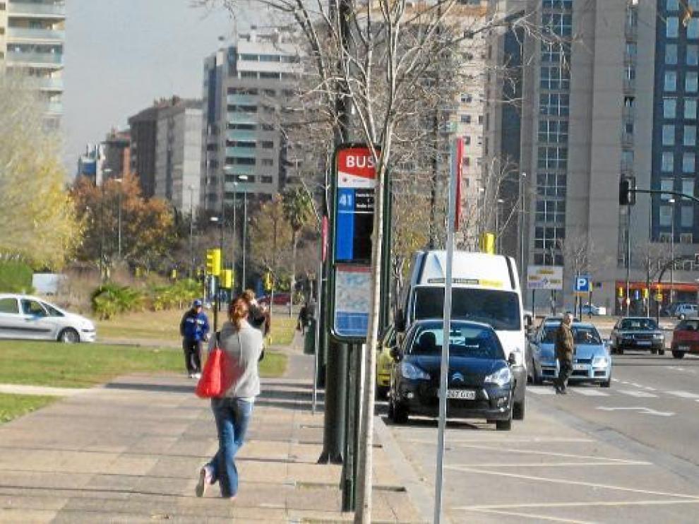 La linea 41, sin marquesina, en la prolongación de la avenida de Gómez Laguna.