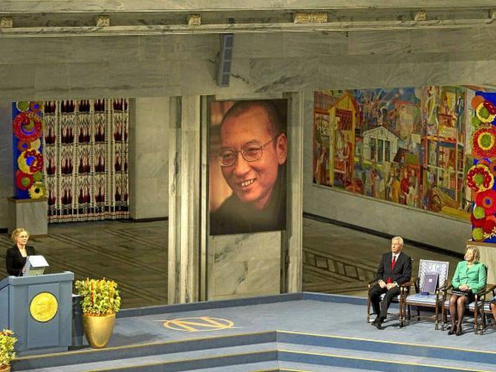 Liv Ullmann lee un discurso de Xiaobo ante los miembros del Comité Nobel y la silla en la que debía haberse sentado el premiado.