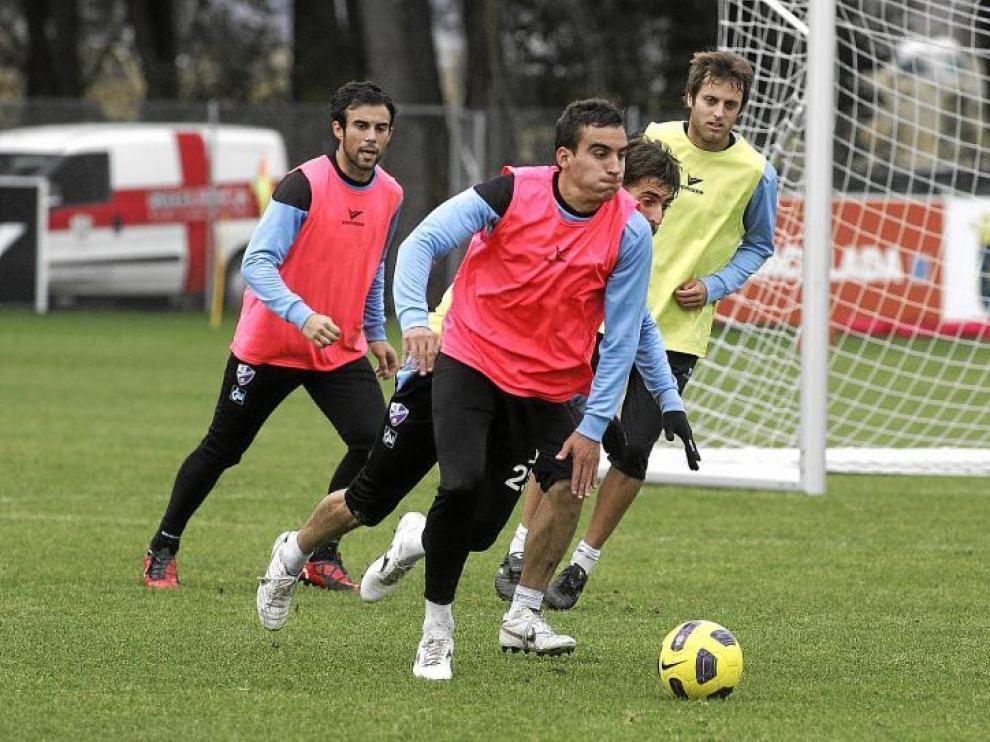 El navarro Jokin se lleva la pelota ante sus compañeros durante una sesión de entrenamiento.