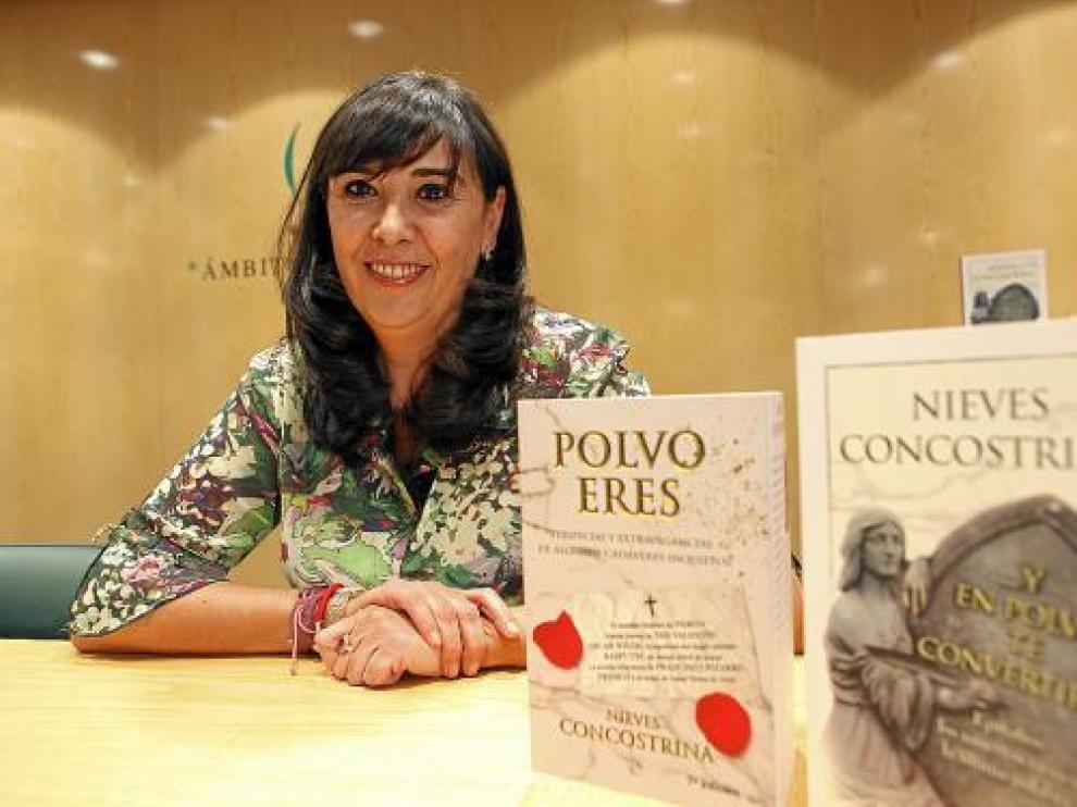 Nieves Concostrina, junto a sus libros, en el Ámbito Cultural de El Corte Inglés de Zaragoza.