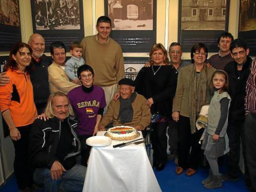 Antonio Moles en su casa  junto a su familia celebra el 80 aniversario de la sublevación de Jaca.