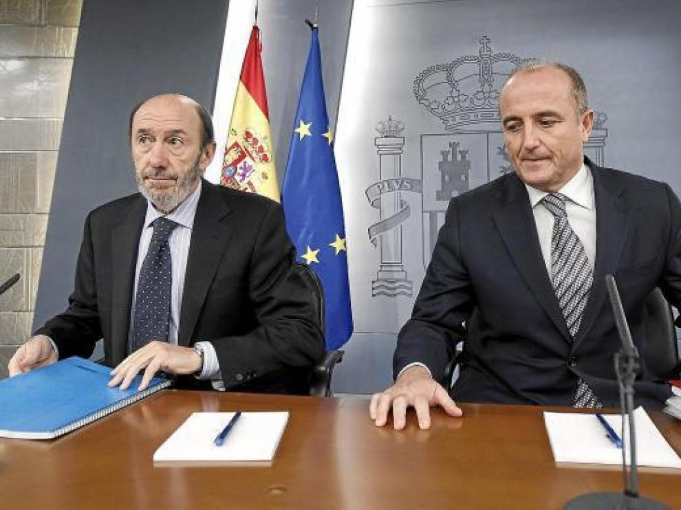 El vicepresidente primero, Alfredo Pérez Rubalcaba, y el ministro de Industria, Miguel Sebastián, ayer.