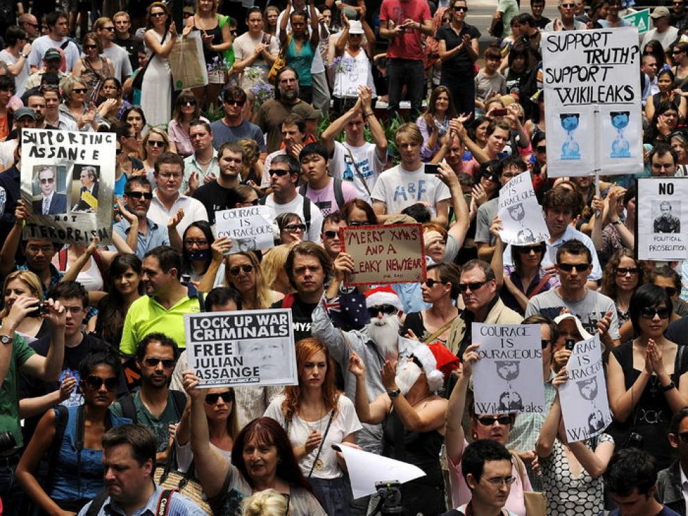 Cientos de manifestantes defendieron al creador de Wikileaks delante del ayuntamiento de Sidney