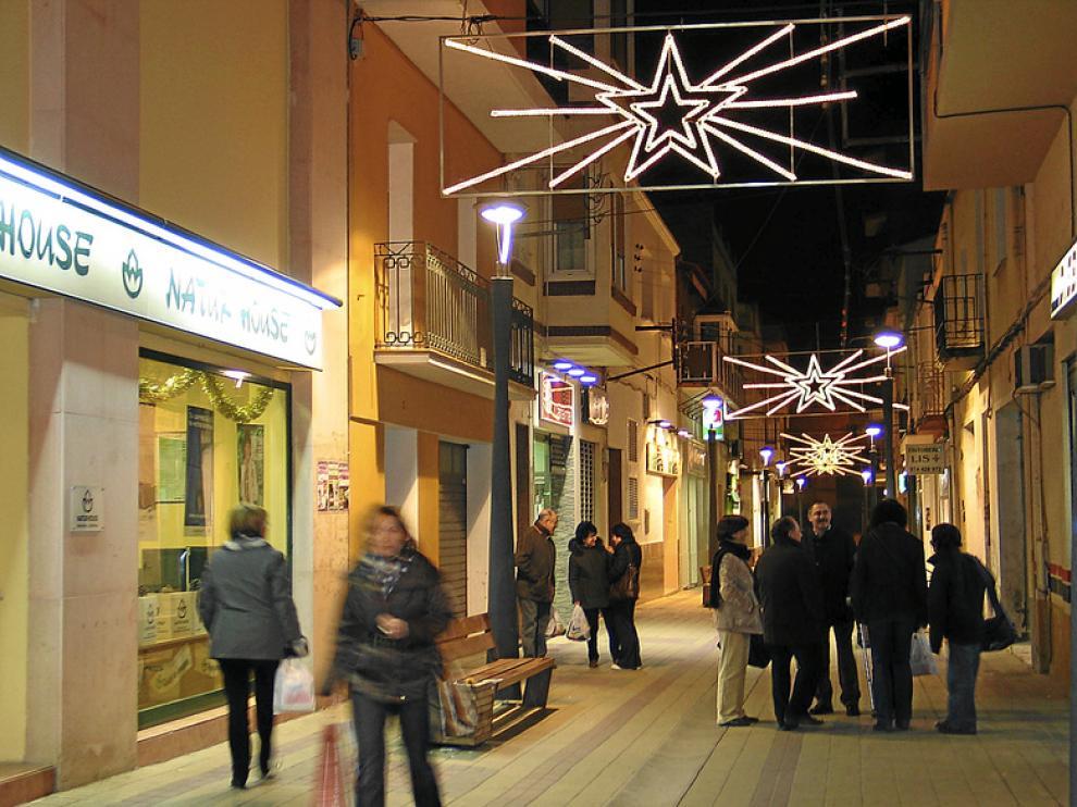 Decoración navideña en Binéfar, que celebra una feria comercial en sus calles.