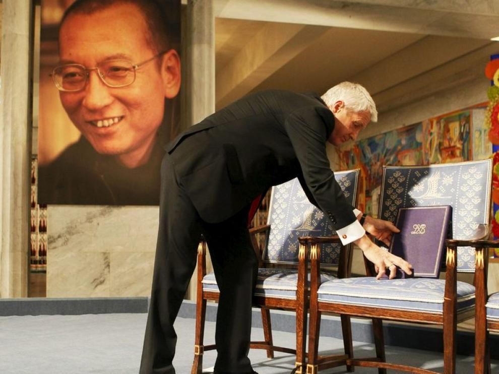 El presidente del Comité del Nóbel deposita el certificado del premio en la silla destinada al activista chino