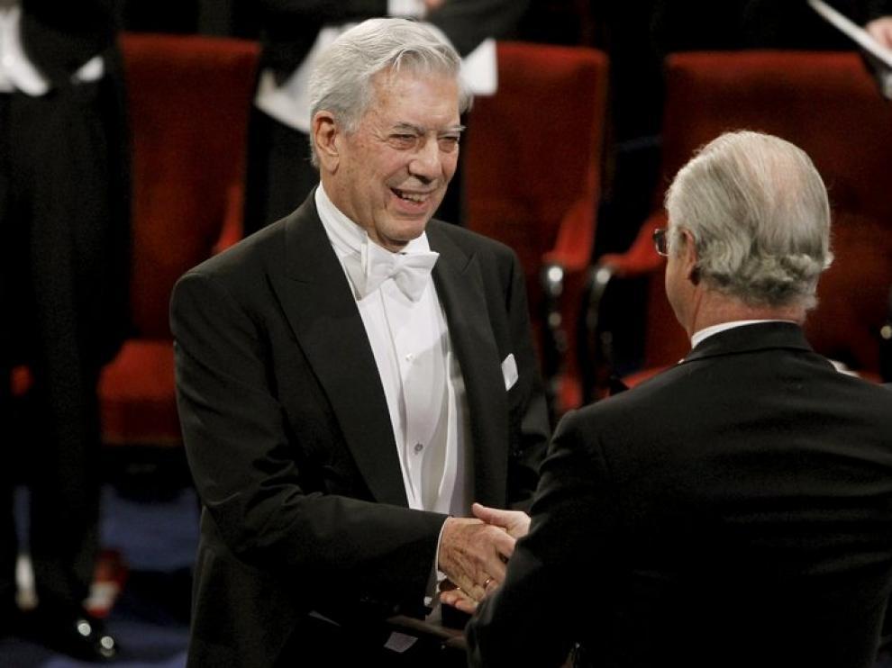Vargas Llosa recibe el galardón de manos del rey de Suecia.