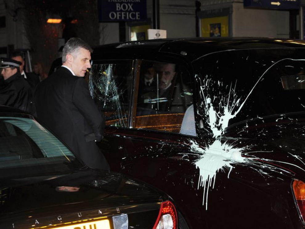 El coche oficial sufrió destrozos en una luna y fue rociado con pintura por los manifestantes.