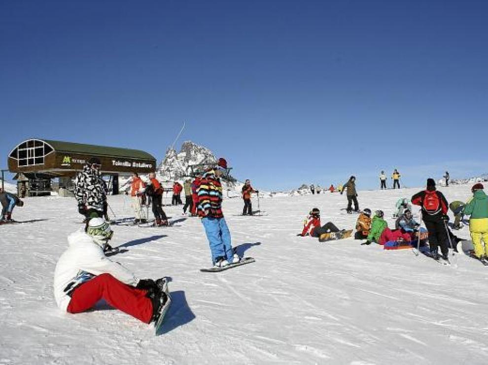 Varios esquiadores y 'surferos', ayer, en la estación de Formigal, junto al telesilla de Batallero.
