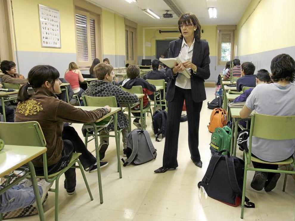 Una profesora reparte en el instituto Miguel Catalán de Zaragoza las pruebas del conocido como Pisa aragonés.
