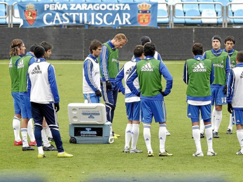 Los futbolistas del Real Zaragoza atienden las cosignas de Javier Aguirre en un pasaje del entrenamiento en La Romareda.