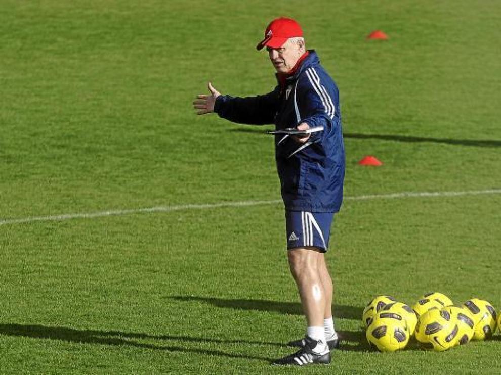 Javier Aguirre da órdenes durante un entrenamiento de esta semana.