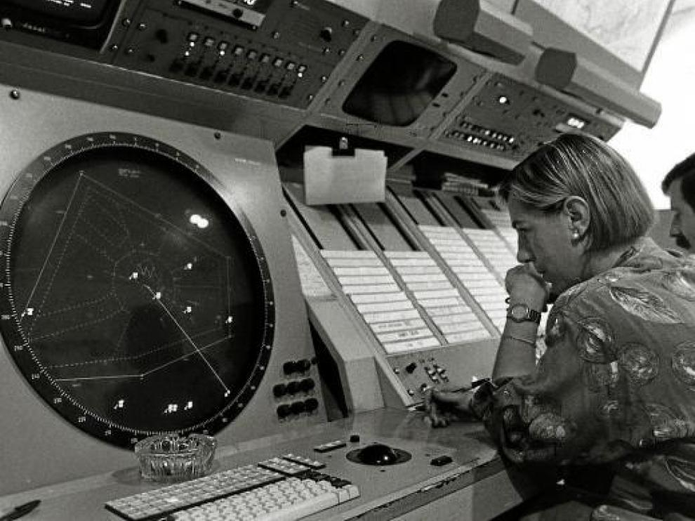 Controladores en Zaragoza. Los civiles (en la imagen) llevaban el control aéreo en el aeropuerto de Zaragoza hasta 1990, cuando se aplicó el decreto de la militarización porque había más vuelos militares que civiles.