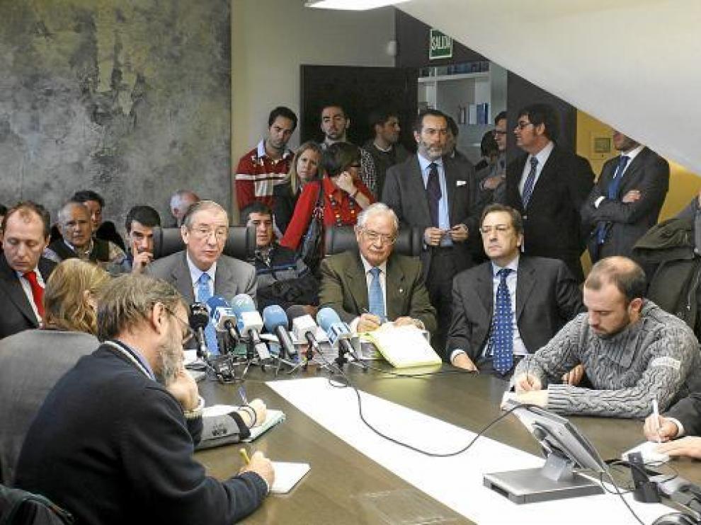 Abogados de Cremades&Calvo Sotelo, que representan a la Plataforma de Afectados, ayer en Madrid.