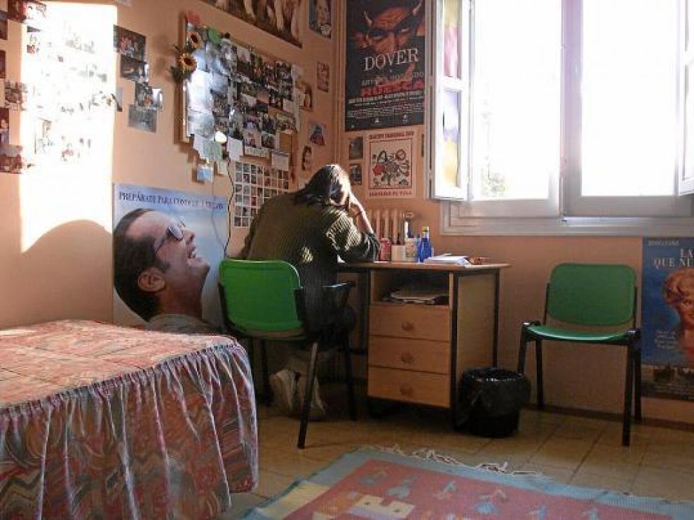 Una estudiante, en su habitación del colegio mayor Pedro Cerbuna de Zaragoza.