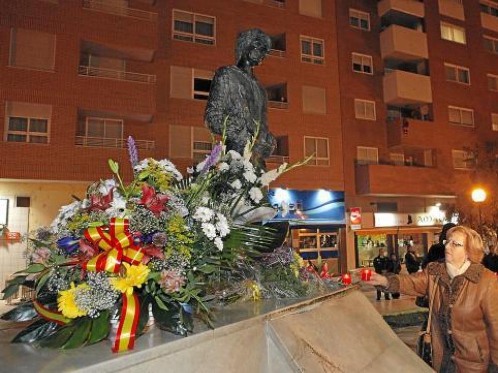 Familiares de las víctimas depositaron flores y velas en la escultura del parque de la Esperanza.