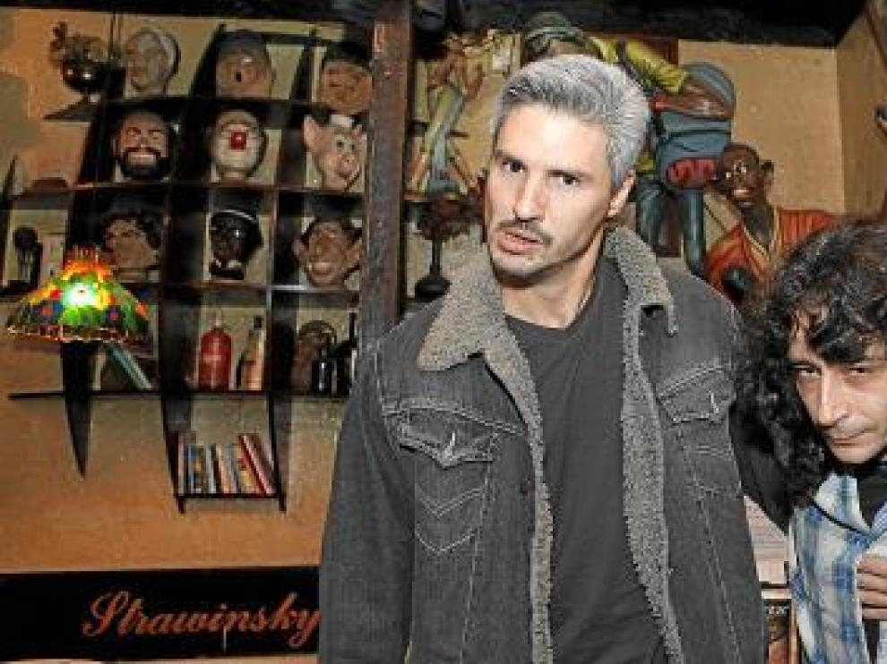 Cassinelli, Nogueras y Peña, en Juan Sebastián Bar, mirando 'mu malamente' a la paparazza.