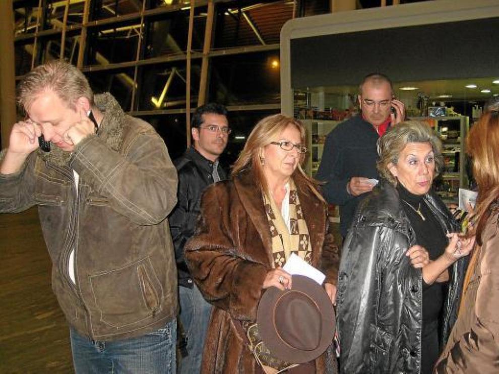 Varios afectados por la cancelación del vuelo a Düsseldorf, ayer en el aeropuerto de Zaragoza.